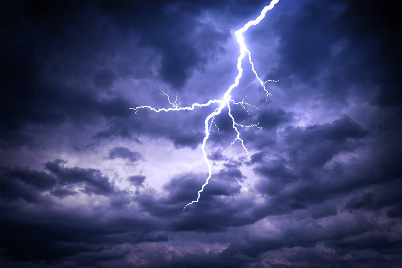 Heller Blitz am Himmel. Blitzschutz erforderlich.