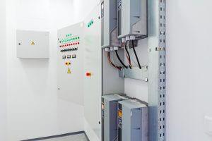 Betreiben elektrischer Anlagen: Hier ein elektrischer Schrank mit elektrischen Anschlüssen, Frequenzumrichtern und Bedienpanel