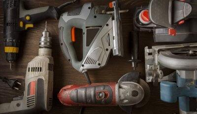 Prüfung ortsveränderlicher elektrischer Betriebsmittel: Hier zu sehen: elektrische Handwerkzeuge wie Bohrmaschine, Stichsäge und Winkelschleifer, die geprüft werden müssen.