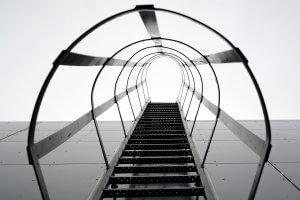 Ortsfeste Steigleiter als Aufstieg zu einem Industriedach
